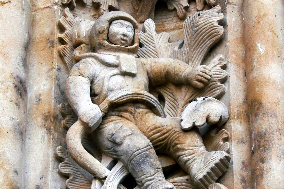 Sculpture_of_astronaut.jpg